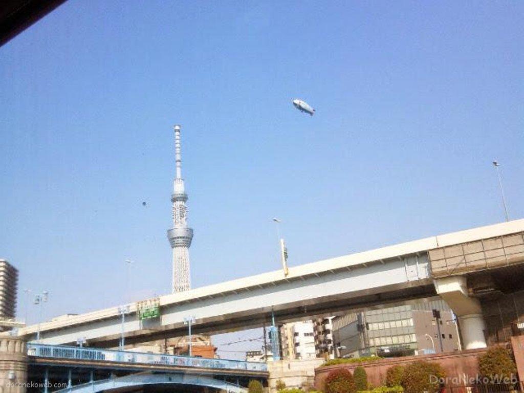 スカイツリーと飛行船@花川戸。