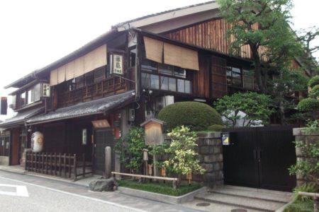伏見桃山駅は、京都府京都市伏見区京町3丁目にある、京阪電気鉄道京阪本線の駅。