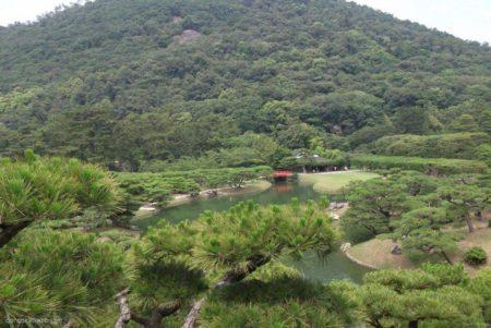 栗林公園は、香川県高松市に所在し、特別名勝に指定された回遊式大名庭園。