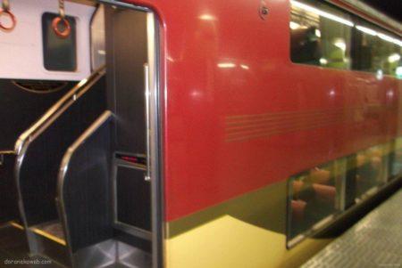 京阪8000系は、平成元年に登場した京阪電気鉄道の特急形車両で6代目特急専用車。