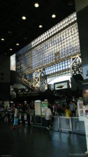 京都駅の駅舎のうち、JR西日本の烏丸中央口側のものを「京都駅ビル」と呼ぶ。