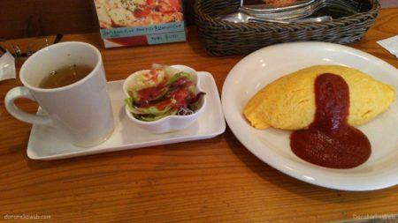 オムライスは、米飯を鶏卵で包んだ日本の洋食。