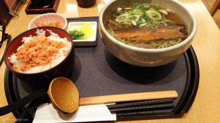 新神戸駅構内で「にしん茶そば」です。