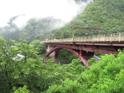 保津峡駅は、京都府京都市西京区と亀岡市にまたがる、西日本旅客鉄道(JR西日本)山陰本線の駅である。