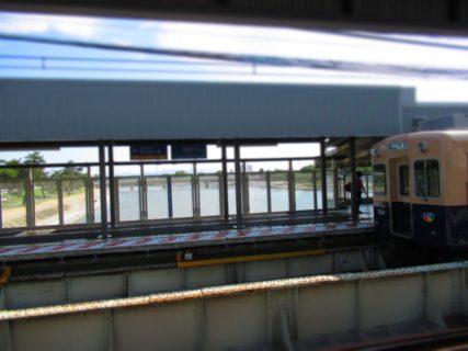 武庫川駅は、兵庫県尼崎市と西宮市に跨っている、阪神電気鉄道の駅。