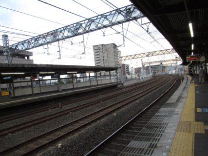 西三荘駅は、大阪府守口市橋波東之町と大阪府門真市元町にまたがる、京阪電気鉄道京阪本線の駅。
