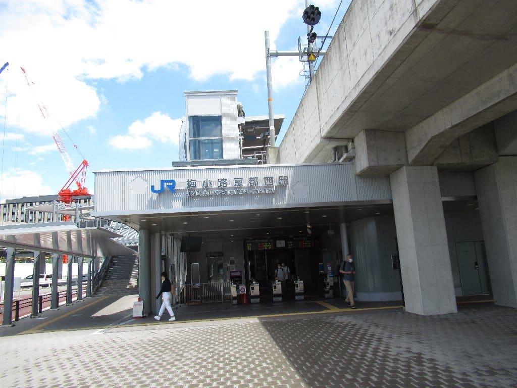 梅小路京都西駅は、京都府京都市下京区観喜寺町にある、西日本旅客鉄道(JR西日本)山陰本線の駅である。