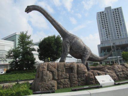 福井駅前の恐竜広場から福井城址あたりを散策する。