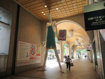 LABI名古屋ヤング館の前に立つ巨大マネキン、ナナちゃん。
