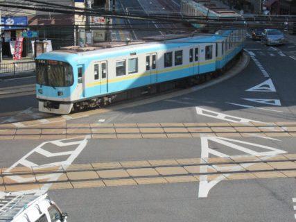 日本でココだけ、地下鉄車両が路面を走る光景。