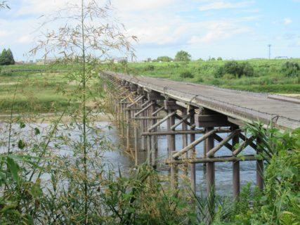 上津屋橋は、京都府久世郡久御山町と八幡市を結ぶ、木津川に架けられた木橋。