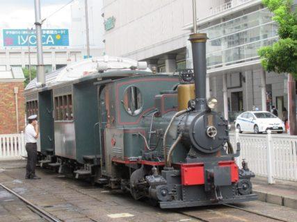 松山市駅停留所で、坊ちゃん列車に遭遇です。