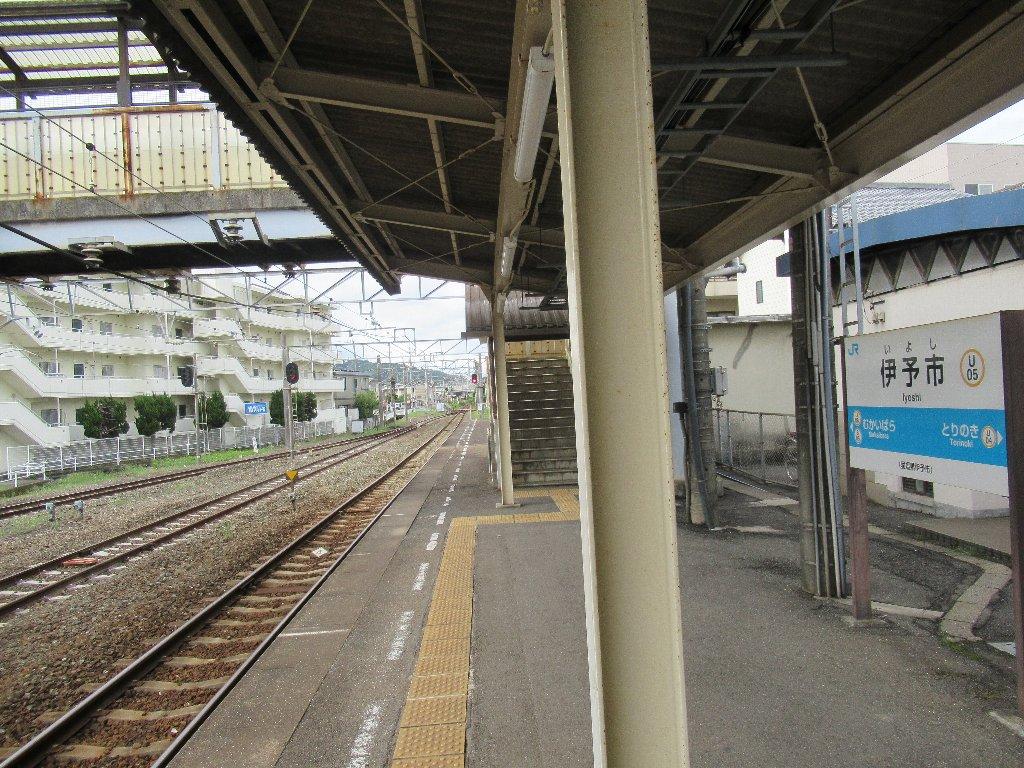 伊予市駅は、愛媛県伊予市米湊にあるJR四国予讃線の駅。