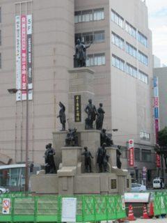 「若き薩摩の群像」が鹿児島中央駅前広場にある。