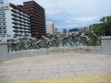 高見橋の母と子供の群像です。