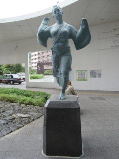 熊本駅前で、おてもやん像が出迎えてくれます。