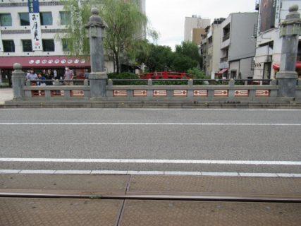 日本三大がっかり名所と揶揄されることも多いという、赤いはりまや橋。