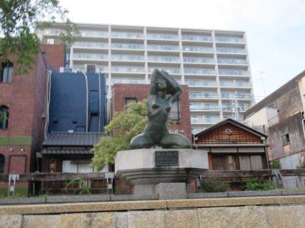 帯屋町公園にある「服を脱ぐ」というタイトルの像。