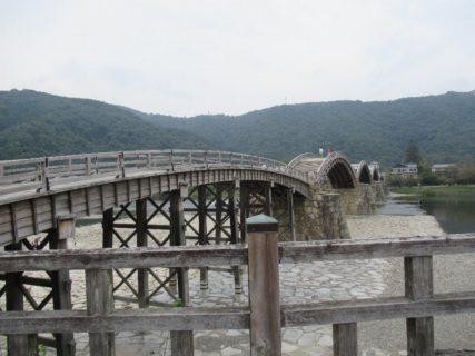 錦帯橋は、山口県岩国市の錦川に架橋された、木造のアーチ橋である。