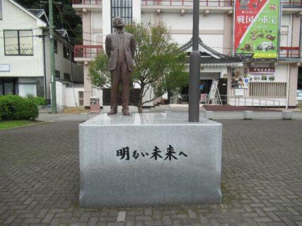 岩国美術館前にある日本のエジソン、藤岡市助像。