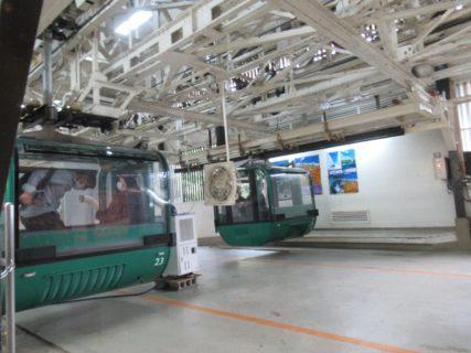 宮島ロープウエーは、宮島の紅葉谷駅と弥山の獅子岩駅を結ぶ。