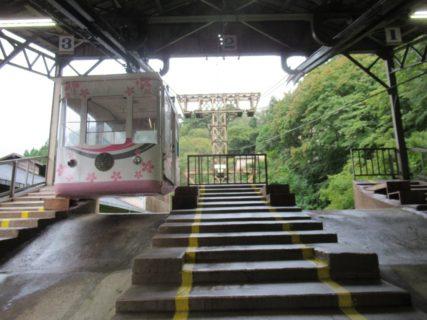 吉野ロープウェイは、吉野大峯ケーブル自動車運営の日本最古の索道。
