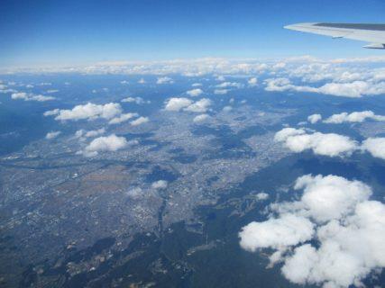 当機は定刻に大阪国際空港を離陸いたしました。