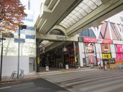 狸小路商店街は、札幌市中央区に所在する商店街。