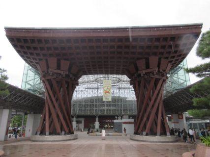 金沢駅兼六園口のおもてなしドーム&鼓門。