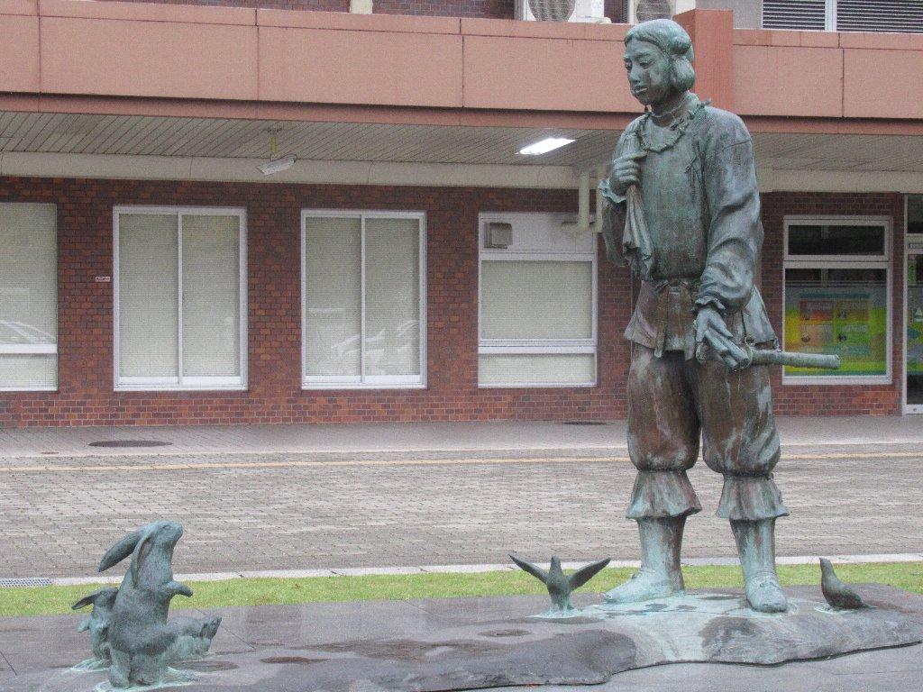 鳥取駅南口にも大国主命と白うさぎ像がございます。