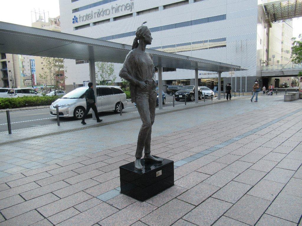 姫路駅南口のブロンズ像、その後。