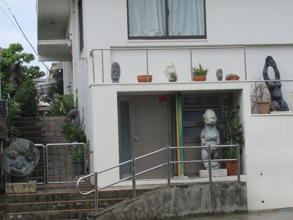 首里駅から首里城公園に向かう途中の島堀あたりでございます。