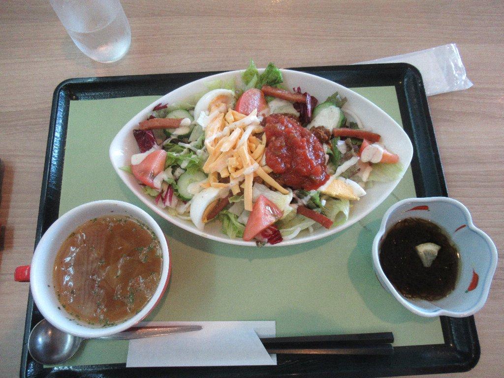タコライスは、タコスの具材を米飯の上に乗せた沖縄県の料理。