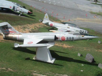 モノレールの車中から、戦闘機を見ることが出来るのです。