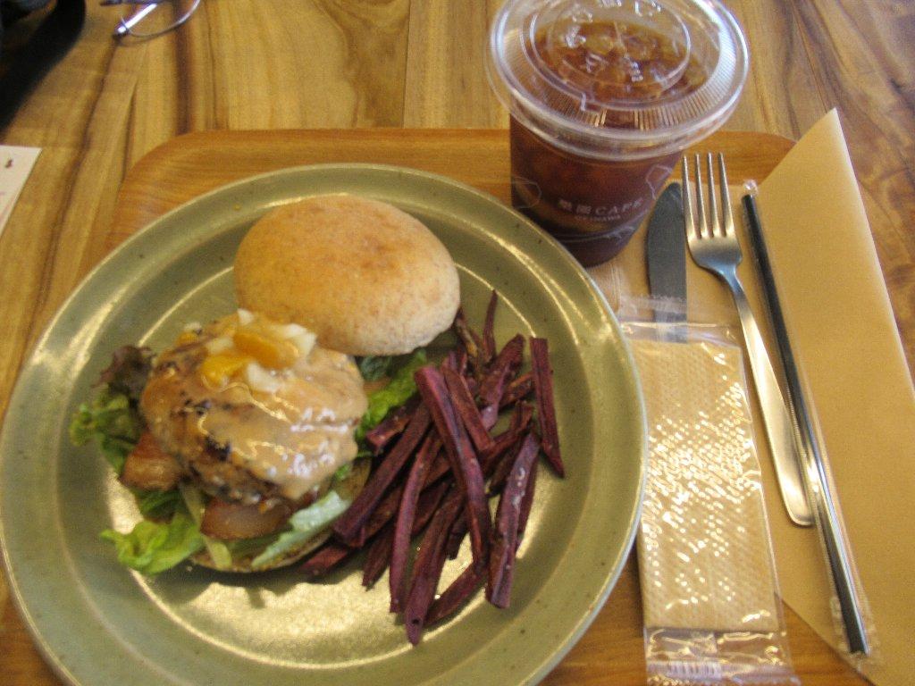 パレットくもじの楽園カフェで、楽園バーガーです。