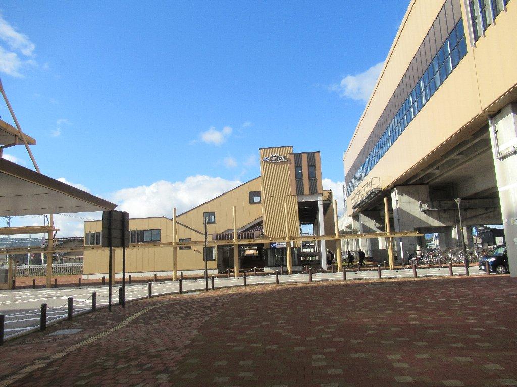 新高岡駅は、富山県高岡市下黒田にある、JR西日本の駅。