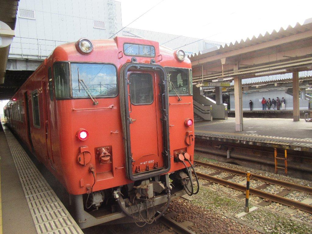 高岡駅から氷見線列車に乗り換えて移動です。