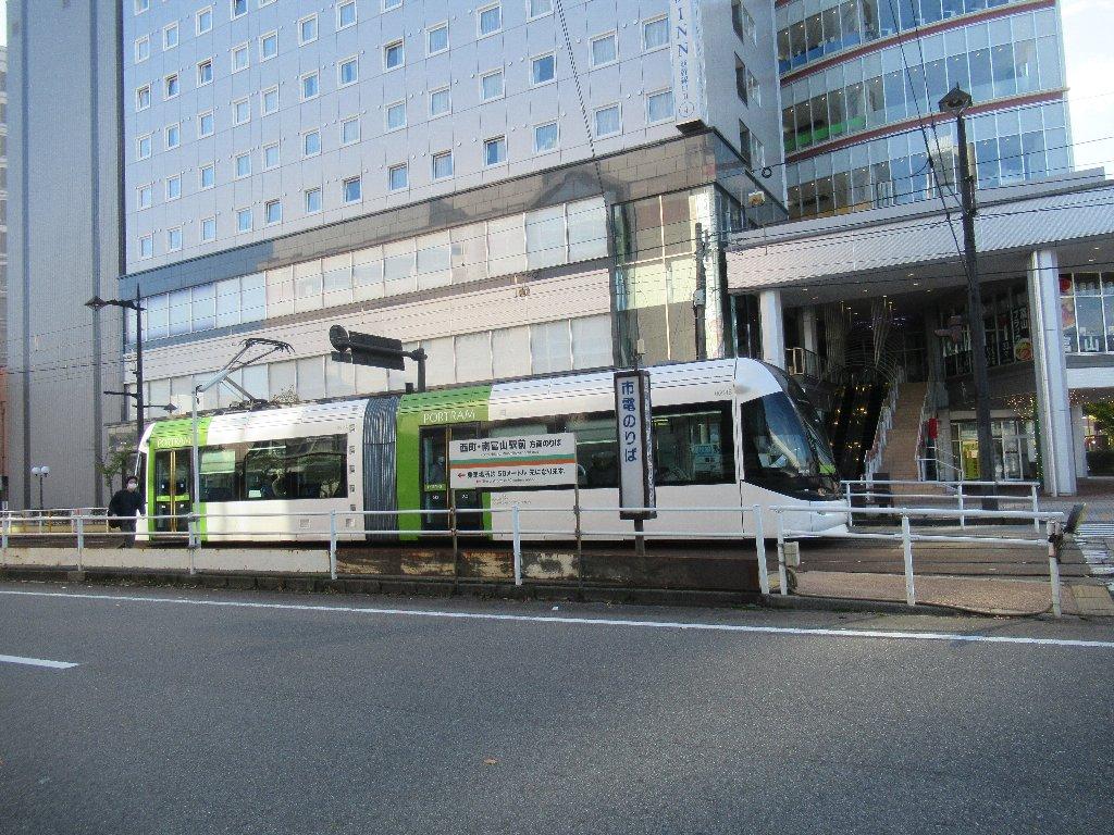 かつては富山駅前停留場と称していた、電鉄富山駅・エスタ前停留場。