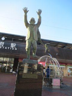 別府駅前にある、油屋熊八の像。