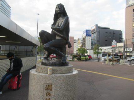 大分駅前中央通り交差点の少女像。