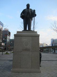 大分駅前ロータリーの大友宗麟像。