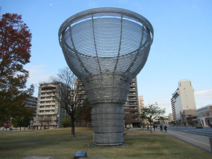 大分いこいの道の百年の樹と上野の森口広場の噴水。