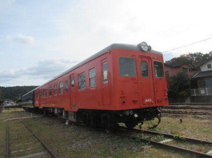 天竜二俣駅西広場前に保存されているキハ20形とナハネ20系。