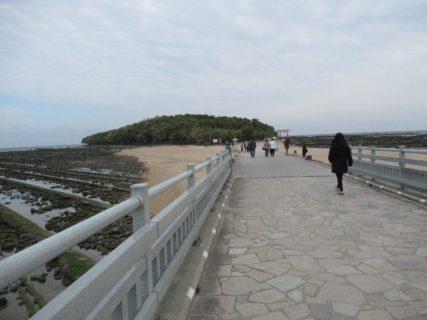 青島と青島海岸とは弥生橋によって結ばれている。