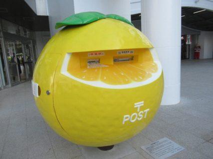宮崎駅高千穂口広場の、日向夏ポスト。