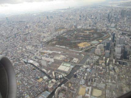 市街地を飛ぶ大阪国際空港つまり伊丹の航路は相変わらずの景色です。