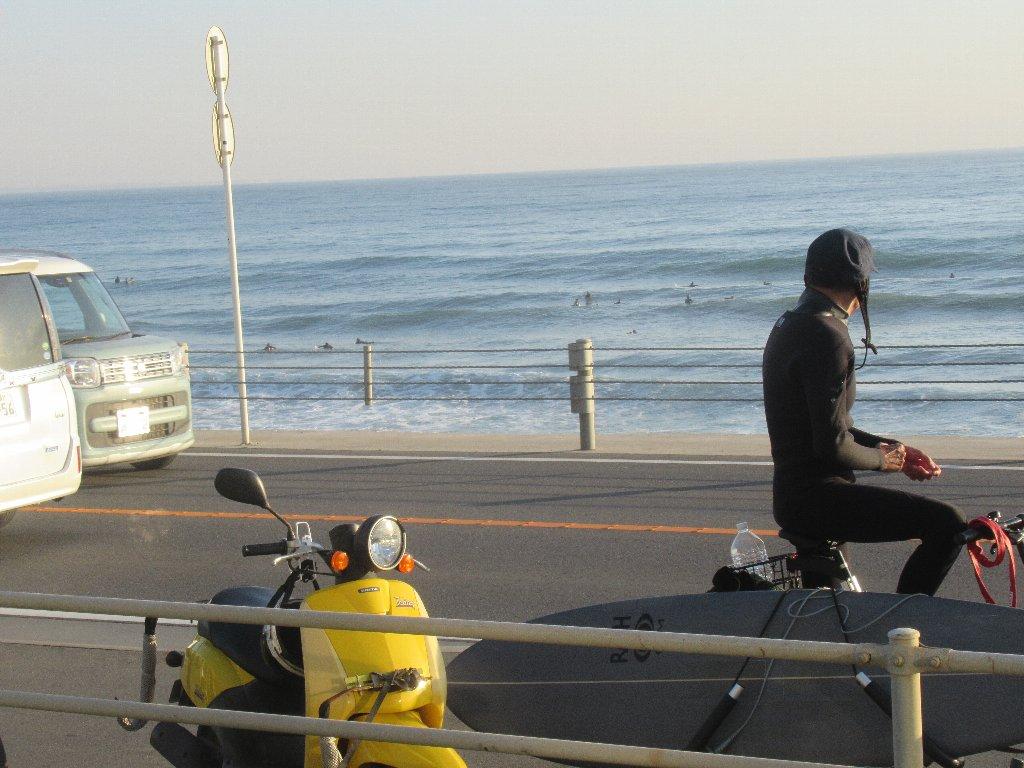 このご時勢でも、サーフィンに勤しむ人々多いのね。