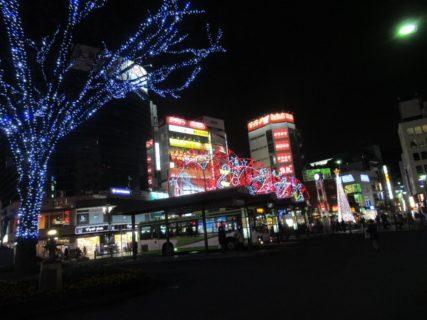 赤羽駅前東口ロータリー、広場の夜化粧ですかいっ。