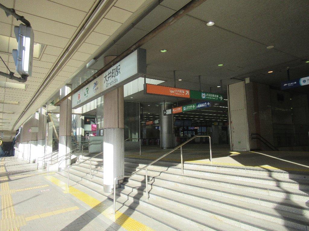 りんかい線は、東京都江東区の新木場駅と品川区の大崎駅を結ぶ。