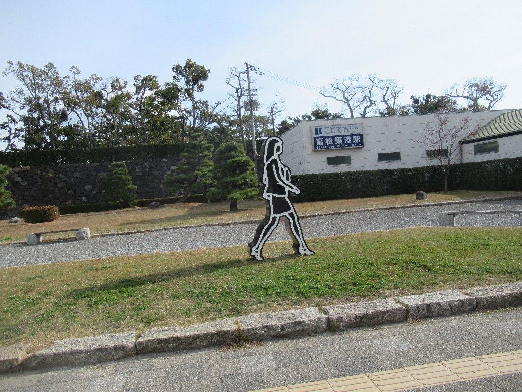中央通り沿い玉藻公園入口付近を歩くシルエット人形たち。
